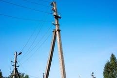 Concrete pijlers van hoogspanningsnetwerk stock afbeeldingen