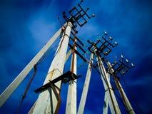 Concrete pijlers van lijn met hoog voltage stock fotografie