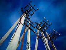 Concrete pijlers van lijn met hoog voltage stock foto's