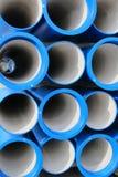 Concrete pijpen voor het vervoeren van water en riolering stock afbeeldingen