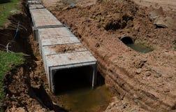 Concrete pijpleidingsbouwwerf dichtbij de weg Stock Afbeelding