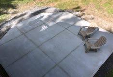 Concrete plak met stoelen Stock Afbeelding