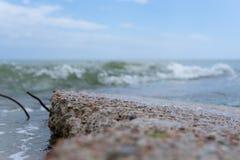 Concrete plak met vooruitstekende roestige versterking op het strand Golven op de kust in werking die worden gesteld die royalty-vrije stock foto's
