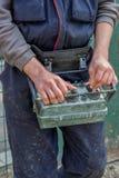 Concrete pompexploitant met afstandsbediening voor de vrachtwagen van de boompomp Stock Afbeelding