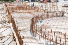 Concrete rebar van het metaalnetwerk bij bouwwerf voor vloer foundat Royalty-vrije Stock Afbeeldingen