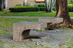 Concrete stoel in het park stock foto's