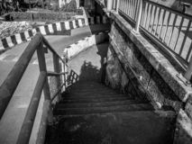 Concrete trede aan onder de brug, zwart-witte foto royalty-vrije stock afbeelding