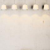Concrete uitstekende muur met lampen Stock Afbeeldingen