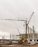 Concrete van de het bouwterreinkraan van de bouwwerf bewolkte de hemelachtergrond Royalty-vrije Stock Foto