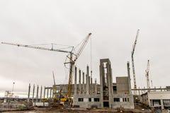 Concrete van de het bouwterreinkraan van de bouwwerf bewolkte de hemelachtergrond Royalty-vrije Stock Afbeeldingen