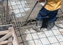 Concreto de colada del trabajador de construcción Foto de archivo