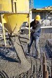 Concreto de colada del trabajador de construcción Imagen de archivo libre de regalías