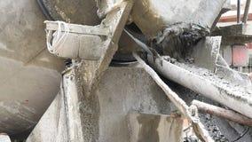 Concreto de mistura do cimento no canteiro de obras filme