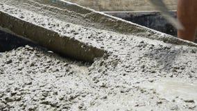 Concreto de mistura do cimento no canteiro de obras vídeos de arquivo