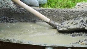 Concreto de mistura do construtor com água e a areia para construir Movimento lento video estoque