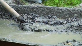Concreto de mistura do construtor com água e a areia para construir video estoque