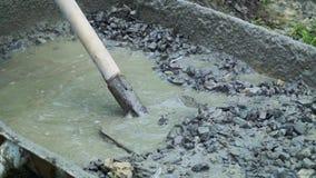 Concreto de mistura do construtor com água para construir vídeos de arquivo