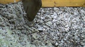 Concreto de mistura do trabalhador da construção para construir Canteiro de obras, preparando o concreto Movimento lento filme