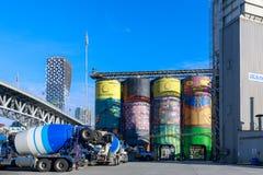 Concreto do oceano que está sendo transformado por um ósmio brasileiro famoso Gemeos de dois artistas da rua em Granville Island imagens de stock