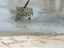 Concreto pronto-misturado de derramamento após ter colocado o reforço de aço para fazer a estrada Imagem de Stock
