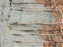 Concreto pronto-misturado de derramamento após ter colocado o reforço de aço para fazer a estrada Imagens de Stock