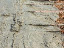 Concreto pronto-misturado de derramamento após ter colocado o reforço de aço para fazer a estrada Foto de Stock Royalty Free