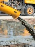 Concreto pronto-misturado de derramamento após ter colocado o reforço de aço para fazer a estrada misturando o móbil o misturador Foto de Stock Royalty Free