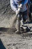 Concreto, Shotcrete ou Gunite do tiro do trabalhador da constru??o da associa??o atrav?s da mangueira imagem de stock