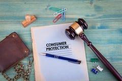 Concumer保护 在鲜绿色的背景的笔记本 办公室文具辅助部件 免版税库存图片