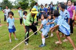 Concurreer in getoonde touwtrekwedstrijd stock afbeeldingen