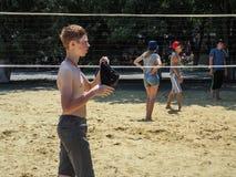 Concurrence amateur de volleyball de plage dans le camp de la récréation des enfants dans Anapa dans la région de Krasnodar de la Images libres de droits