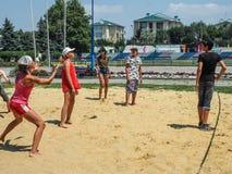 Concurrence amateur de volleyball de plage dans le camp de la récréation des enfants dans Anapa dans la région de Krasnodar de la Photo stock