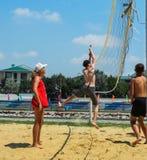 Concurrence amateur de volleyball de plage dans le camp de la récréation des enfants dans Anapa dans la région de Krasnodar de la Images stock