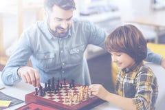 Concurrence d'échecs entre le père et son petit fils Photos libres de droits
