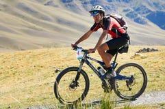 Concurrence d'aventure de vélo de montagne image stock
