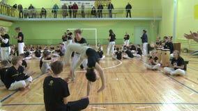 Concurrence dans le capoeira parmi des enfants et des adolescents banque de vidéos