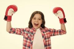 Concurrence de boxe de gagnant Les gants de boxe de fille se sent puissant Blanc d'isolement par championnat heureux de boxe de g photo stock