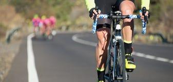 Concurrence de recyclage, athlètes de cycliste montant une course photo libre de droits