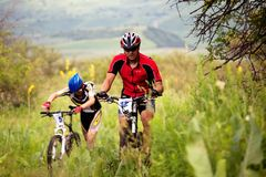 Concurrence de vélo de montagne d'été photos stock