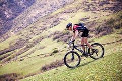 Concurrence de vélo de montagne d'aventure Images stock