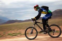 Concurrence de vélo de montagne d'aventure de source Images libres de droits