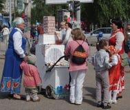 Concurrence des voitures d'enfant un jour de ville Photo stock