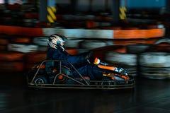 Concurrence karting dynamique à la vitesse avec le mouvement trouble sur une piste équipée photo libre de droits