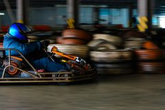 Concurrence karting dynamique à la vitesse avec le mouvement trouble sur une piste équipée photographie stock