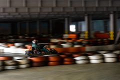 Concurrence karting dynamique à la vitesse avec le mouvement trouble sur une piste équipée images libres de droits