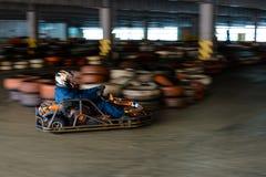 Concurrence karting dynamique à la vitesse avec le mouvement trouble sur une piste équipée photo stock