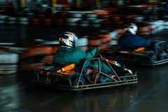 Concurrence karting dynamique ? la vitesse avec le mouvement trouble sur une piste ?quip?e photos stock