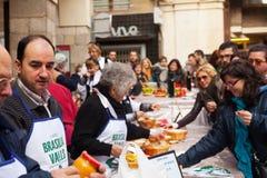 Concurrence pour la meilleure sauce pour le calsot grillé à Valls Photo libre de droits