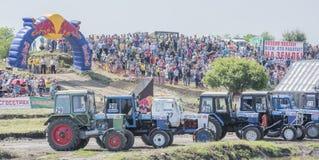 Concurrence pour les tracteurs agricoles sur le pré vert biz photos stock
