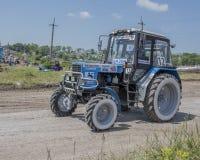 Concurrence pour les tracteurs agricoles sur le pré vert biz photo libre de droits